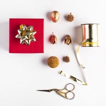 Caixa de presente perto de decorações diferentes