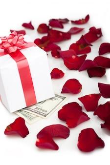 Caixa de presente, pétalas de rosa em branco.
