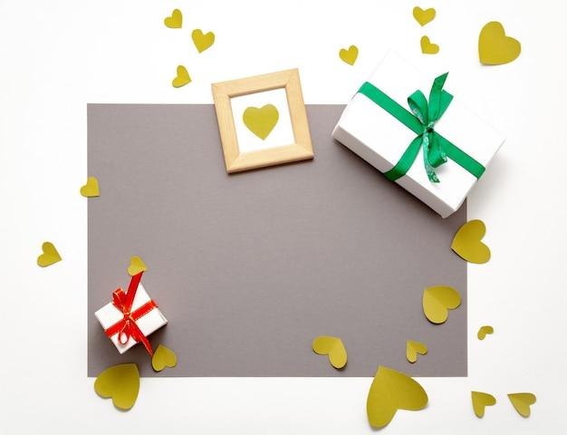 Caixa de presente presente plana leigos. vista superior do dia dos namorados decorações. caixa de presente, fita, corações. feliz aniversário