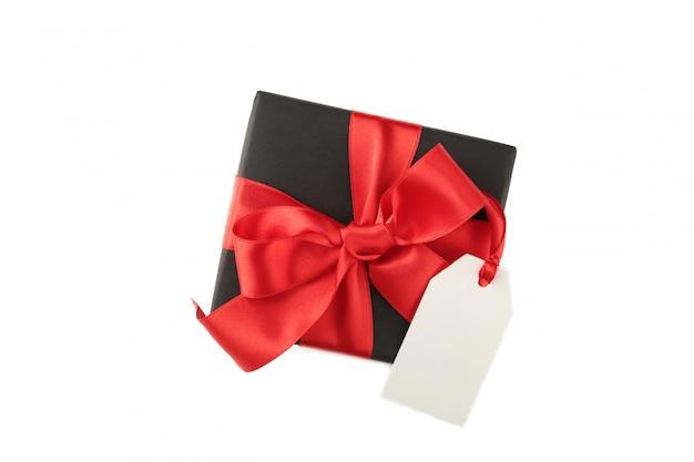 Caixa de presente preta com etiqueta de venda isolada no branco