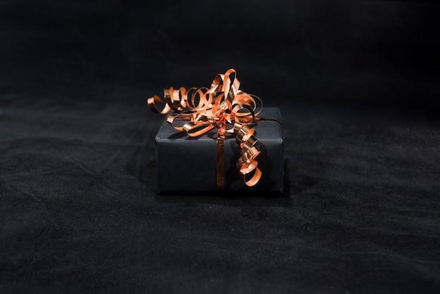 Caixa de presente preta no escuro