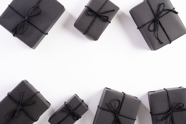 Caixa de presente preta sobre fundo branco