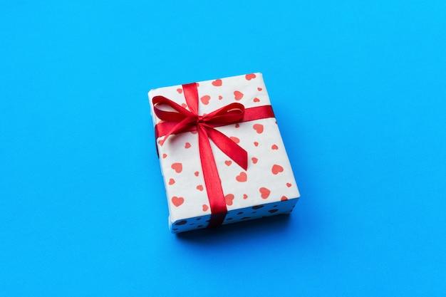 Caixa de presente romântica e corações