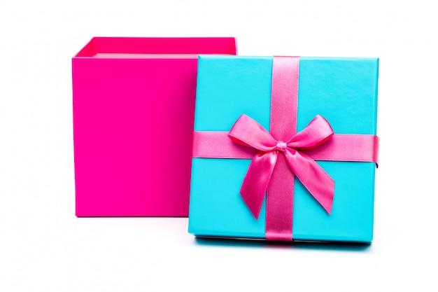 Caixa de presente rosa com fita isolada no fundo branco