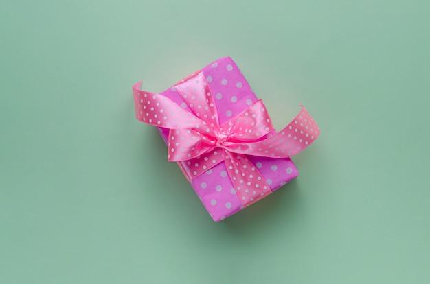 Caixa de presente rosa ou presente com fita em verde pastel