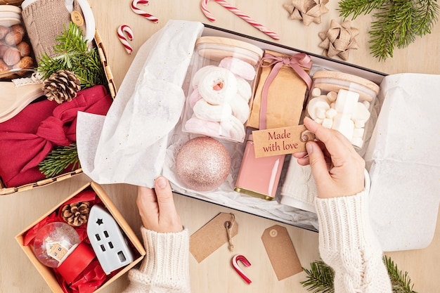 Caixa de presente sazonal com caixa de marshmallow, chá, café ou cacau e enfeite de natal