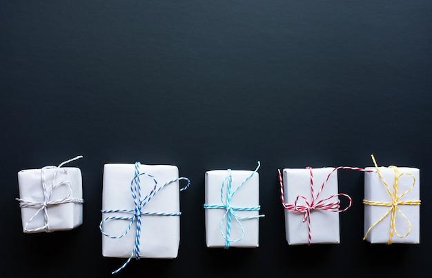 Caixa de presente simples em estilo faça você mesmo em fundo escuro