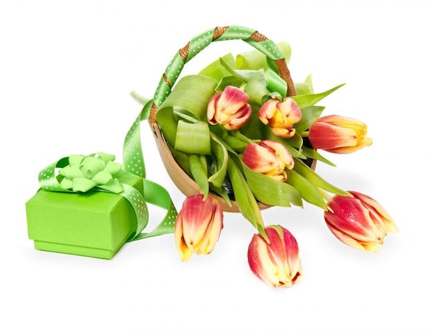 Caixa de presente verde e tulipas em branco
