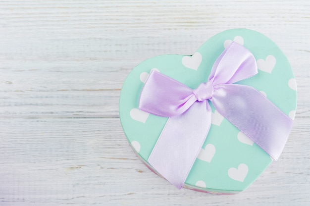 Caixa de presente verde pastel e laço rosa