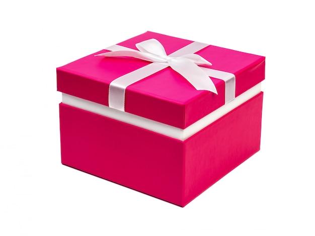 Caixa de presente vermelha com fita isolada no branco