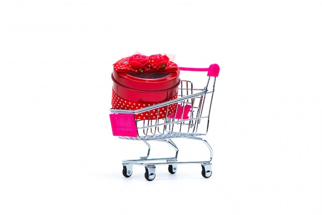 Caixa de presente vermelha com laço de fita e carrinho de compras
