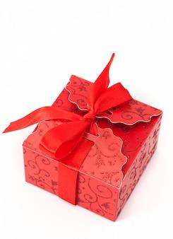 Caixa de presente vermelha com laço no fundo branco