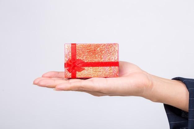 Caixa de presente vermelha de mulher de negócios