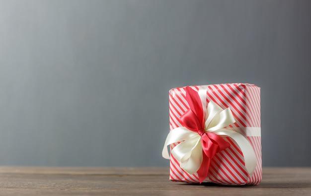 Caixa de presente vermelha e branca bonita com fita de decoração.