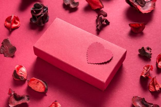 Caixa de presente vermelha e corações de papel, presente de dia dos namorados