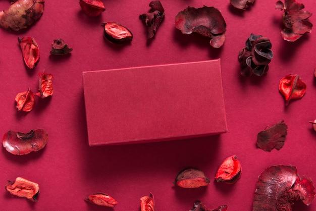 Caixa de presente vermelha e flores secas, presente de dia dos namorados