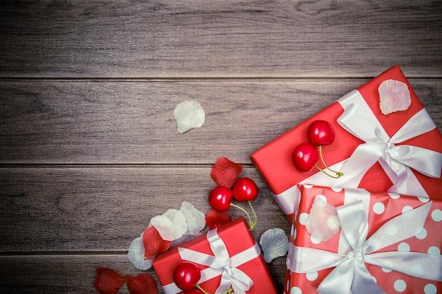 Caixa de presente vermelha e fundo de natal de acessórios