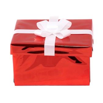 Caixa de presente vermelha isolada na superfície branca