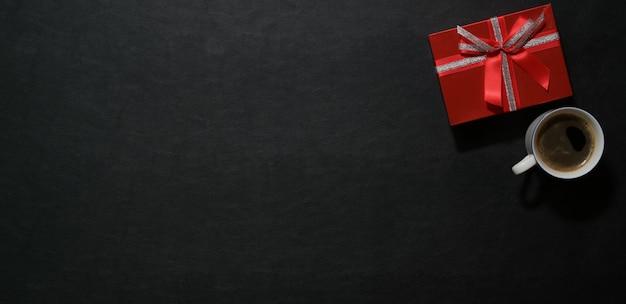 Caixa de presente vermelha na mesa escura top