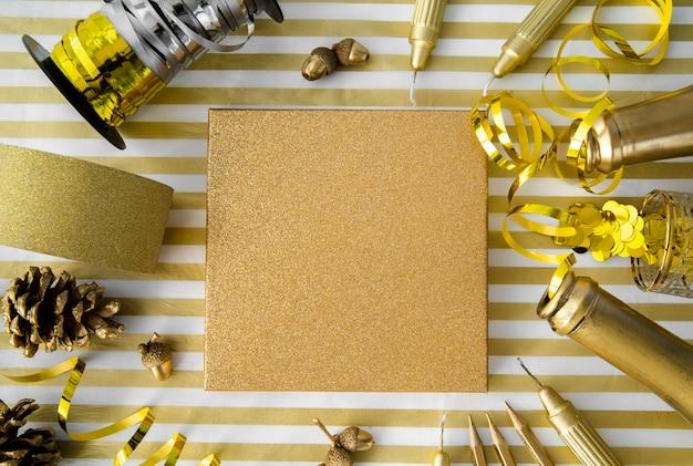 Caixa de presente vista superior, rodeada por lantejoulas e fitas douradas