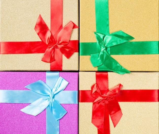 Caixa de presentes coloridos como um close-up