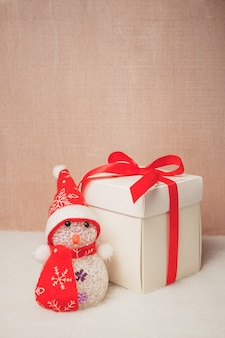 Caixa de presentes de natal com boneco de neve,