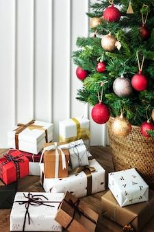Caixa de presentes de natal na sala de estar