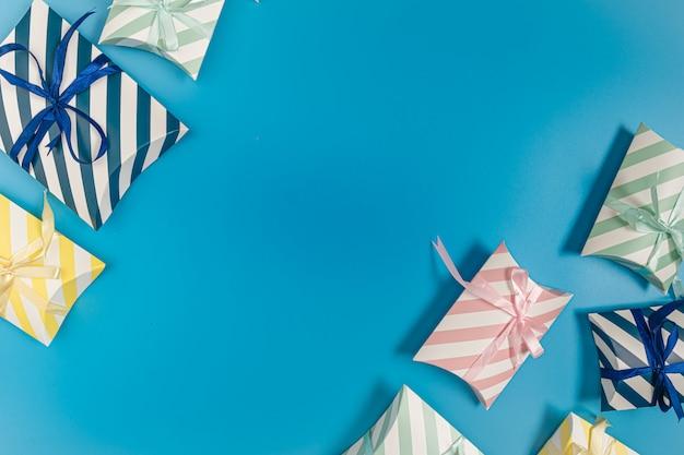 Caixa de presentes em muitas cores em um azul