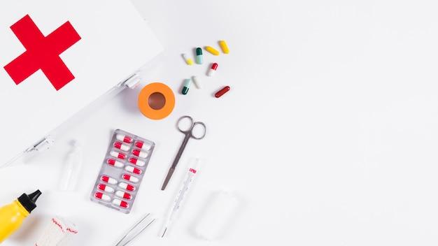 Caixa de primeiros socorros e caixa médica em fundo branco