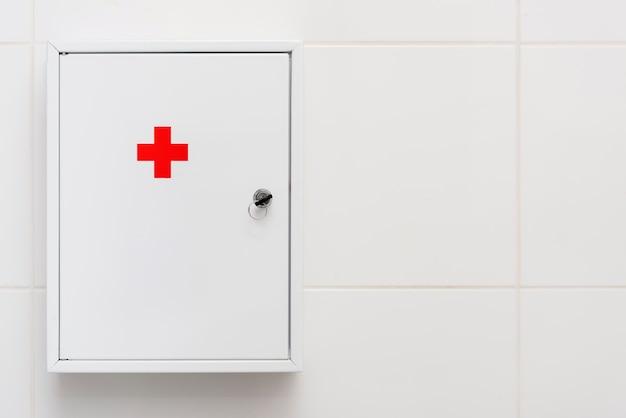 Caixa de primeiros socorros médica na parede