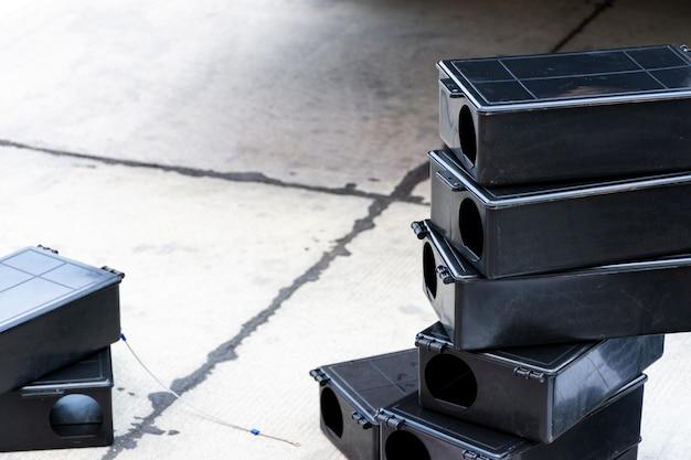 Caixa de ratoeira venenosa no chão. estação de rato venenoso ao ar livre na fábrica.