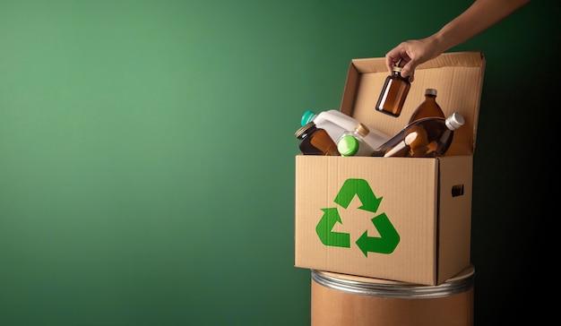 Caixa de reciclagem de conceito de conservação climática e ambiental cheia de plástico