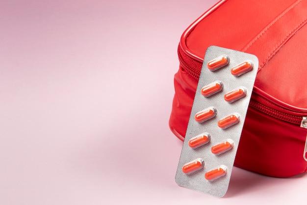 Caixa de remédios vermelha com bolha saindo e espaço para texto.