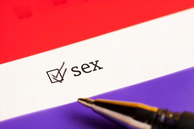 Caixa de seleção marcada com sexo da palavra. conceito de questionário.