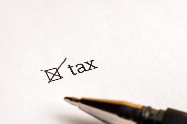 Caixa de seleção verificada com imposto da palavra e dólares no fundo. conceito de questionário.