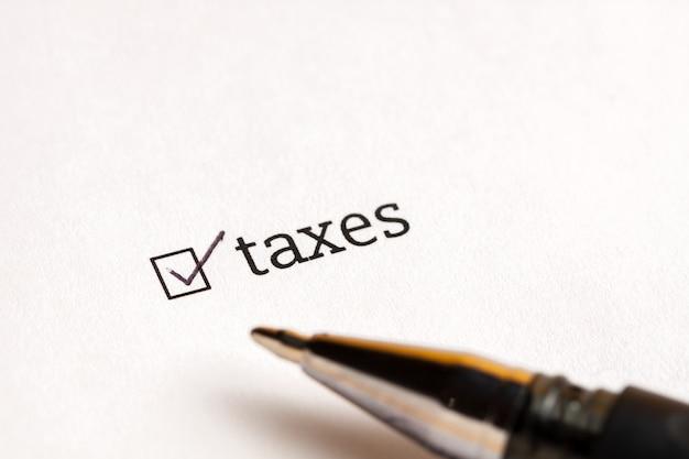 Caixa de seleção verificada com impostos e dólares da palavra no fundo. conceito de questionário.