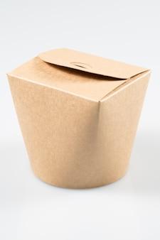 Caixa de take-away do restaurante chinês isolada no fundo branco