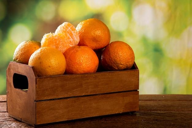 Caixa de tangerina na mesa de madeira