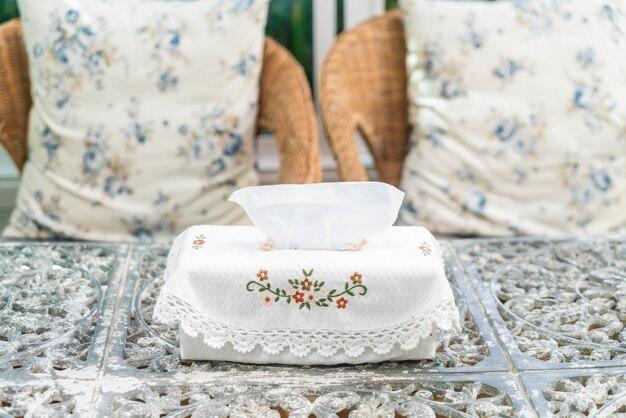 Caixa de tecido na mesa
