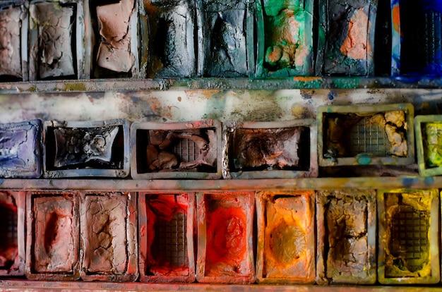 Caixa de tinta aquarela usada