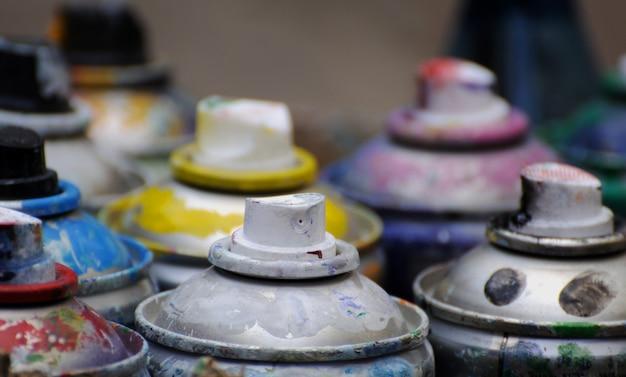 Caixa de várias cores de latas