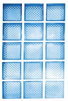 Caixa de vidro com fundo de luz suave.
