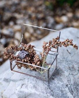 Caixa de vidro com jóias na pedra branca