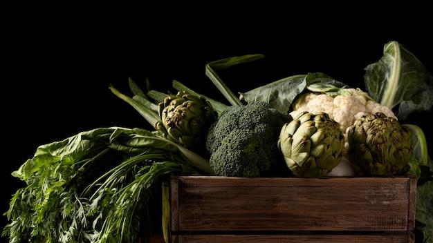 Caixa de visão frontal com vegetais verdes