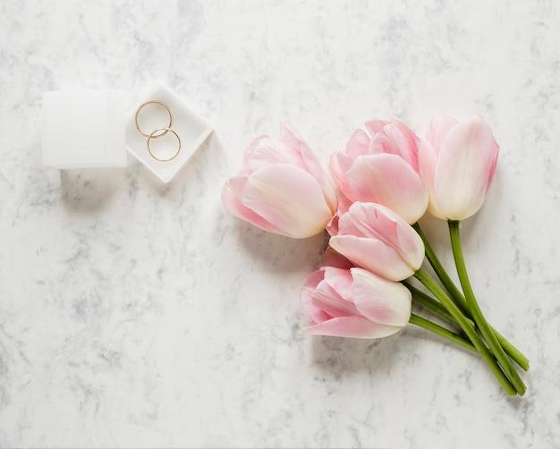 Caixa de vista superior com anéis de noivado