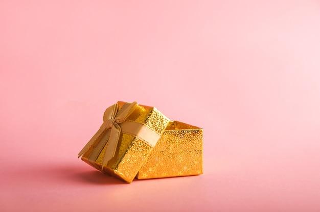 Caixa dourada com um presente.