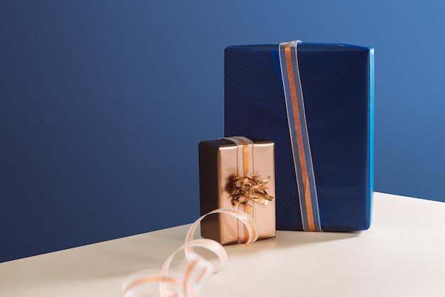 Caixa dourada e caixa azul nos presentes de natal do dia de natal