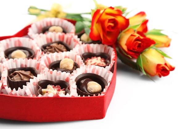 Caixa em forma de coração com doces e flores, close-up