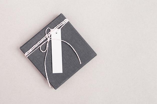 Caixa fechada fechada com surpresa para o feriado, cartão de felicitações de celebração. mock-up caixa de presente cinza colorida com espaço para seu texto. vista do topo.