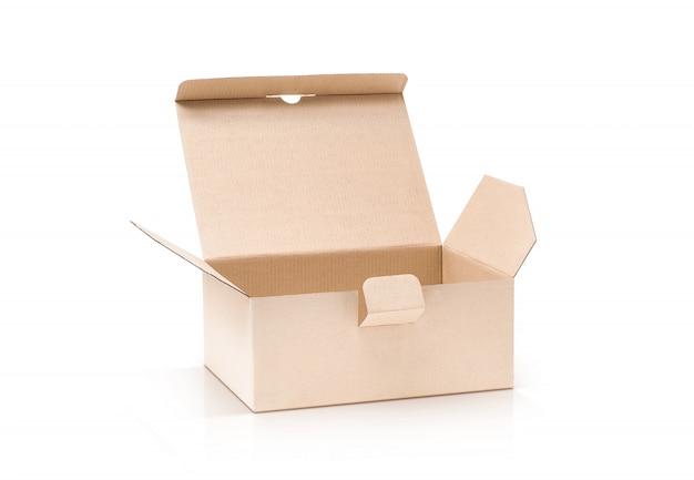 Caixa kraft de papelão aberta e isolada